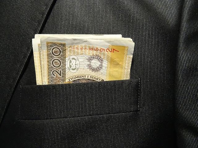 bankovky čouhající z kapsy.jpg