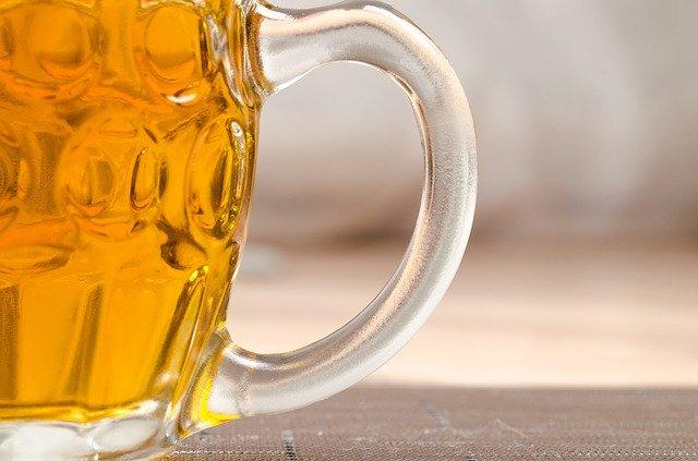 pivo ve skle ucho
